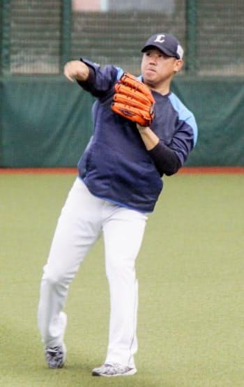 キャッチボールする西武・松坂。22日の日本ハムとの練習試合で先発することが決まった(18日、メットライフドーム)=共同