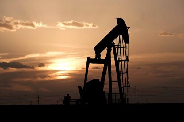 原油価格の目安になるWTIの原油先物価格は3月に入って急落した=ロイター