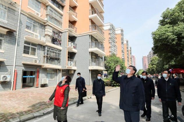 10日、武漢を訪れた習近平国家主席=ロイター