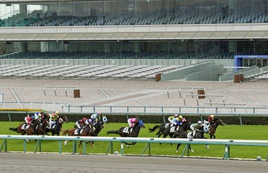 無観客で実施されたJRAのレース(2月29日、阪神競馬場)=共同