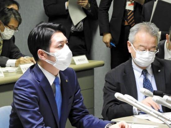 北海道の鈴木直道知事(左)は19日に緊急事態宣言を終了するとした(18日、札幌市)
