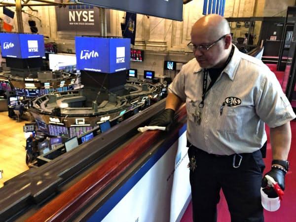 新型コロナ対応でニューヨーク証券取引所内の消毒をする関係者=AP