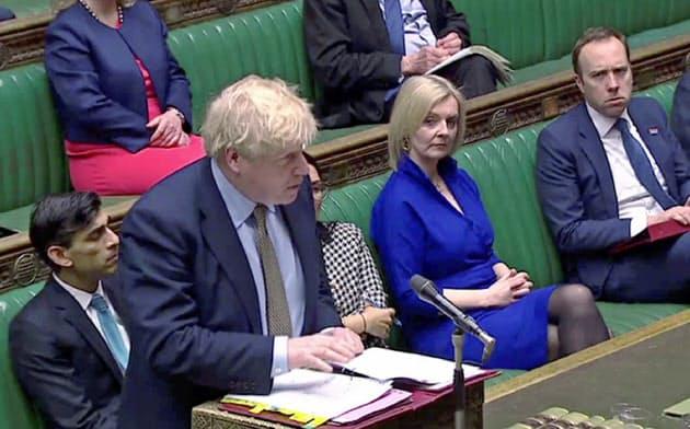 ジョンソン首相は新型コロナウイルスの感染拡大に伴う経済対策を相次いで打ち出している(18日、ロンドン)=ロイター