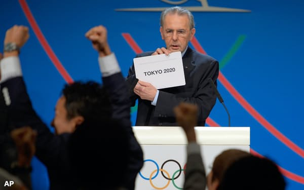 IOC総会で2020年五輪の開催都市を東京と発表するロゲ会長(2013年9月7日、ブエノスアイレス)=AP