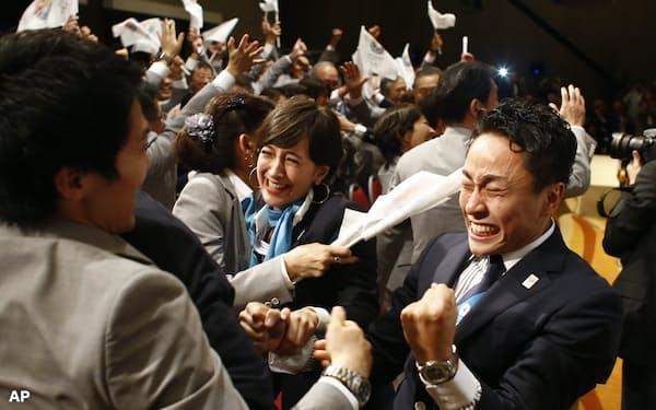 五輪の東京開催が決まり、大喜びするフェンシングのロンドン・北京大会銀メダリストの太田雄貴選手(右)ら(2013年9月、ブエノスアイレス)=AP