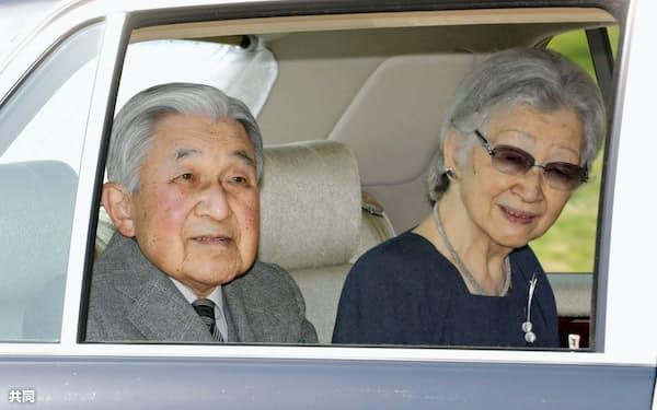 代替わりに伴う引っ越しのため、皇居を出られる上皇ご夫妻(19日午前、皇居・乾門)=代表撮影