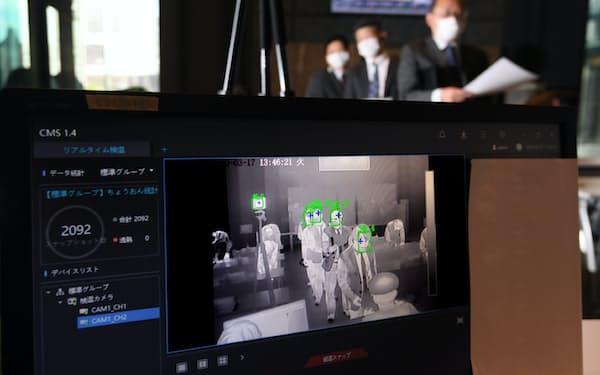 オフィスビルの受付ロビーに設置された、AIによる顔認証機能を備えた体温検知システム(17日、東京都千代田区)=淡嶋健人撮影
