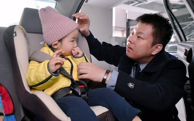 滝川さんは出勤前に社用車で息子を保育所へ送り届ける