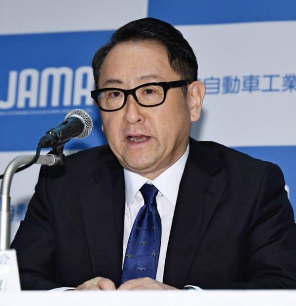 記者会見する日本自動車工業会の豊田章男会長(19日、東京都港区)