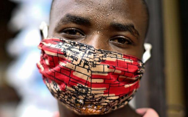 新型コロナウイルスへの感染防止に布製マスクを着用するルワンダ人男性=ロイター