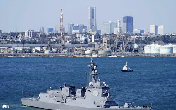 引き渡し式を終えた海上自衛隊の新造イージス艦「まや」(19日午後1時32分、横浜市)=共同通信社ヘリから