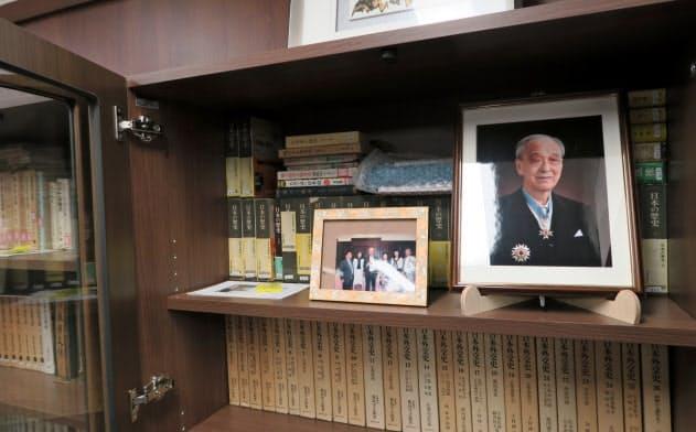NSS内の「岡崎文庫」には岡崎氏の写真とともに1600冊を超える蔵書が保管されている
