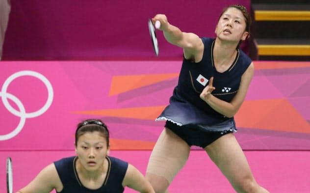 ロンドン五輪のバドミントン女子ダブルス決勝、中国ペアと対戦する藤井(右)、垣岩組