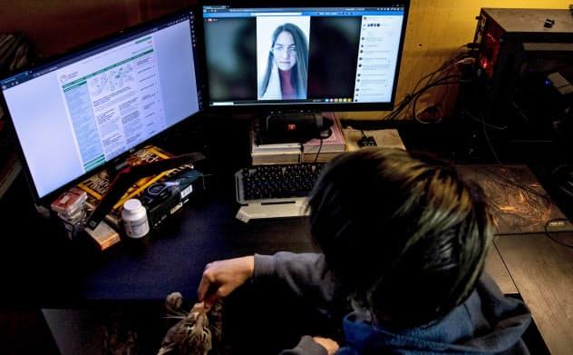 欧州では学校の授業がネットで行われるなど通信利用の拡大が至る所に広がる=AP