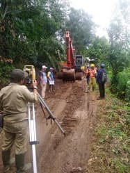 現地では工事用道路の整備などを進めている