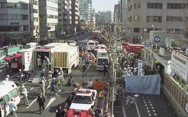 地下鉄構内の刺激臭で倒れた人たちを収容するため設けられた救護所=1995(平成7)年3月20日午前8時50分、東京・地下鉄日比谷線築地駅前(地下鉄サリン事件)