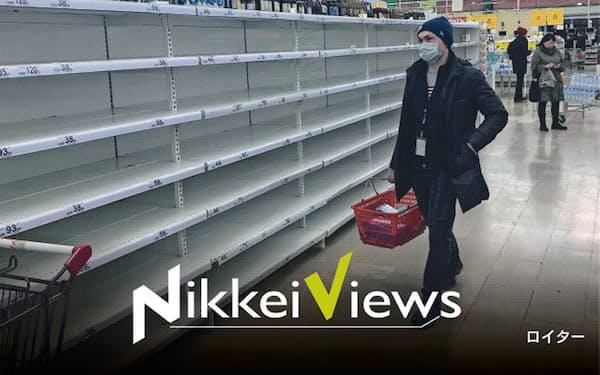 コロナウイルスの影響で店頭から品物がなくなった(3月17日、モスクワ郊外で)=ロイター