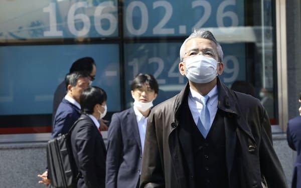 日経平均株価は3年4カ月ぶりに1万7000円割れした=AP