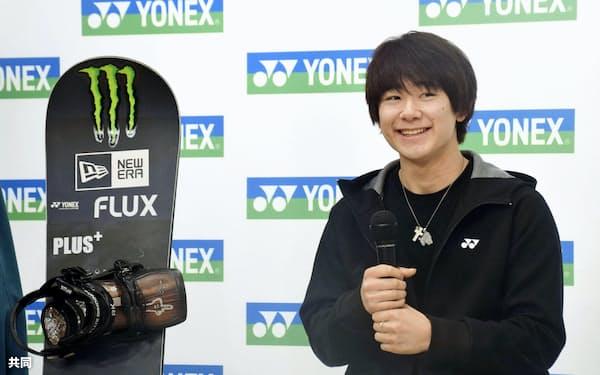 スノーボードの男子ハーフパイプで、2月のUSオープンで初優勝し、記者会見する戸塚優斗(19日、東京都内)=共同