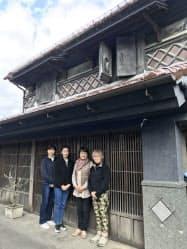 伊達女の小濱さん(右から2番目)らは使用されていなかった蔵を整備し、起業を目指す女性の「インキュベーション・ラボ」としてよみがえらせた