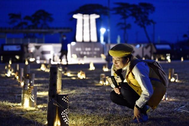 東京五輪の聖火を歓迎するためともされた東日本大震災の犠牲者鎮魂を祈る照明「竹あかり」(19日夕、宮城県東松島市)=共同