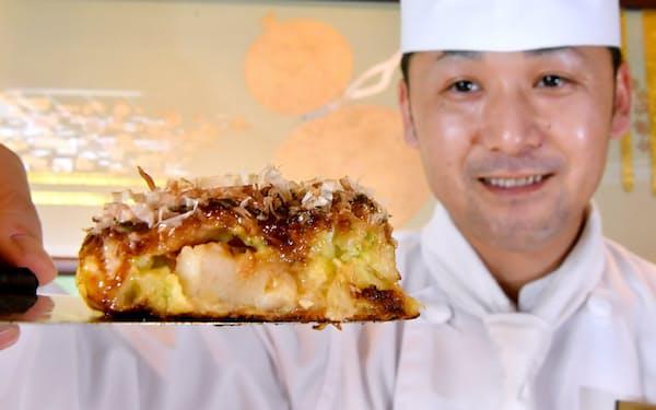 絶妙な食感のお好み焼きを作る千房の富山さん=笹津敏暉撮影