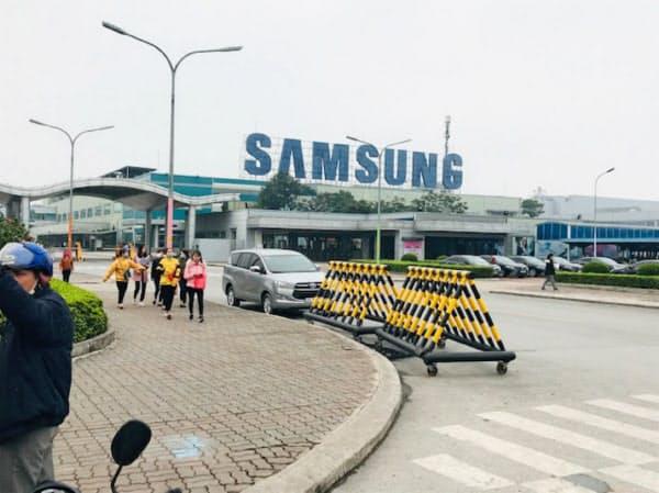サムスンは、ベトナムで2カ所の巨大スマホ工場を運営する(2月、北部のバクニン省)