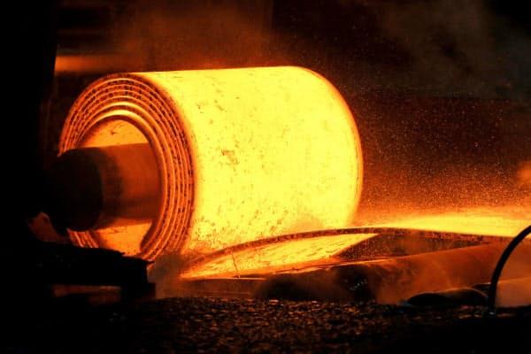 米フィラデルフィア連銀地区の製造業景況感は新型コロナの影響で急落した(米ペンシルベニア州の製鉄所)=ロイター