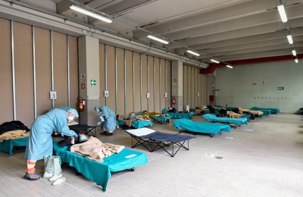 イタリア北部ブレシアの病院では臨時のスペースで治療にあたっている=ロイター