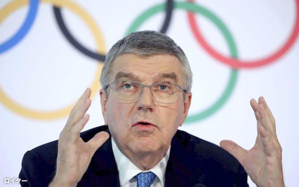 IOC理事会後に記者会見するバッハ会長(4日、ローザンヌ)=ロイター
