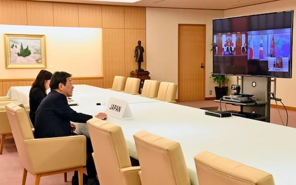 20日、日中韓外相のテレビ会議に臨む茂木外相(外務省提供)