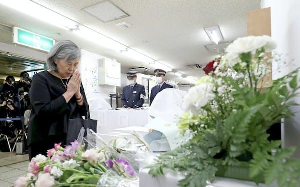 献花台に花を供える遺族の高橋シズヱさん(20日午前、東京都千代田区の霞ケ関駅)=代表撮影