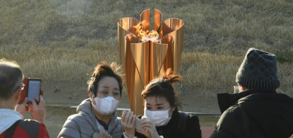 聖火到着式の後、「復興の火」として展示される東京五輪の聖火(3月20日、宮城県石巻市)