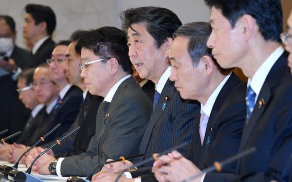新型コロナウイルス感染症対策本部の会合で発言する安倍首相(20日、首相官邸)
