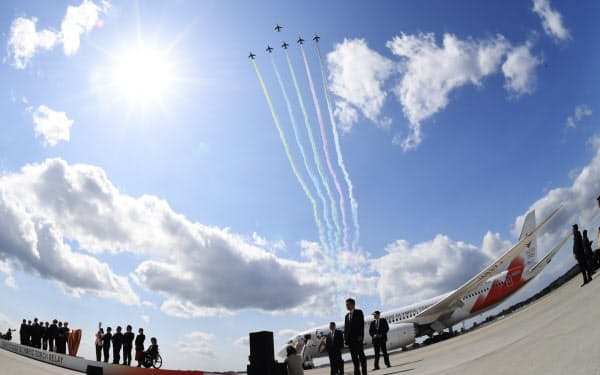 聖火到着式で披露された「ブルーインパルス」の展示飛行(3月20日、宮城県東松島市)=魚眼レンズ使用