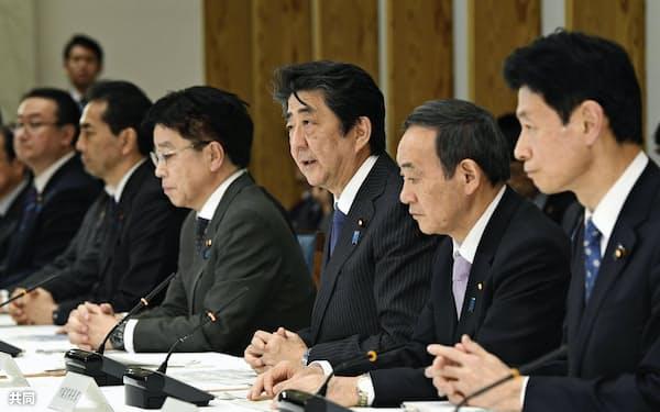 首相官邸で開催された新型コロナウイルス感染症対策本部会合で発言する安倍首相(右から3人目)=20日午後