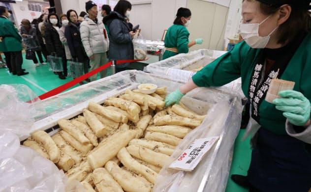 購入を希望する人が行列した練馬大根の漬物(東京都練馬区)