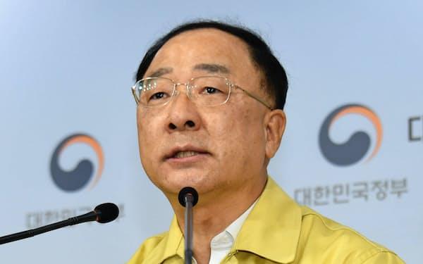 20日、記者会見する洪楠基(ホン・ナムギ)経済副首相兼企画財政相