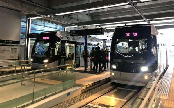 発車式で富山駅の北側から南側の市街地へと向かう路面電車=写真(右)