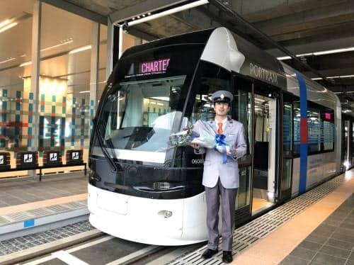 発車式では運行する富山地方鉄道の運転手向けの新制服も見られた(富山駅)
