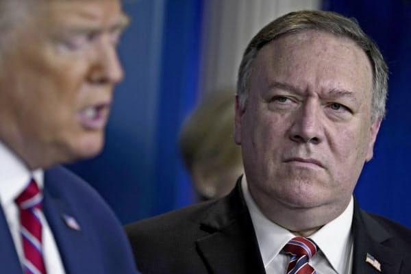 20日、ホワイトハウスで新たな国境規制を発表したポンペオ国務長官(右)とトランプ氏=AP