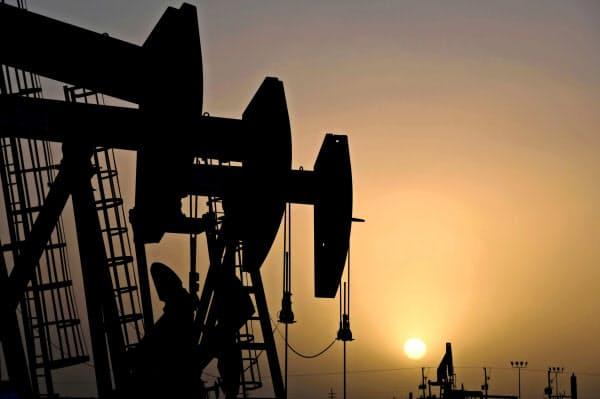 リスク資産とされる原油が大きく売られている(テキサス州の油井)=ロイター
