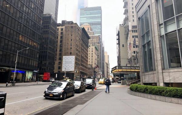 金曜の昼でもオフィス街に人けがない(20日、ニューヨークのマンハッタン)