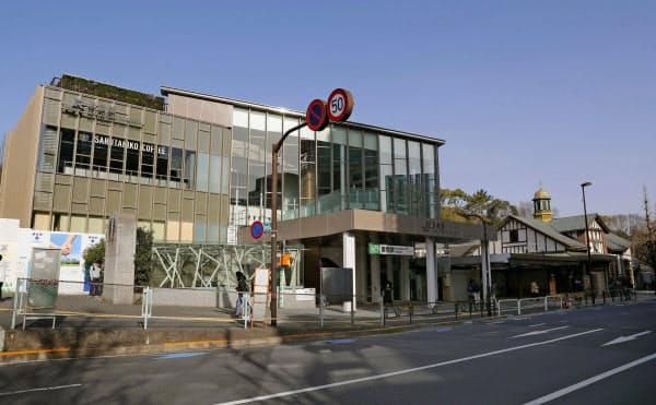 オープンしたJR山手線原宿駅の新駅舎。右は旧駅舎(21日、東京・渋谷)=共同