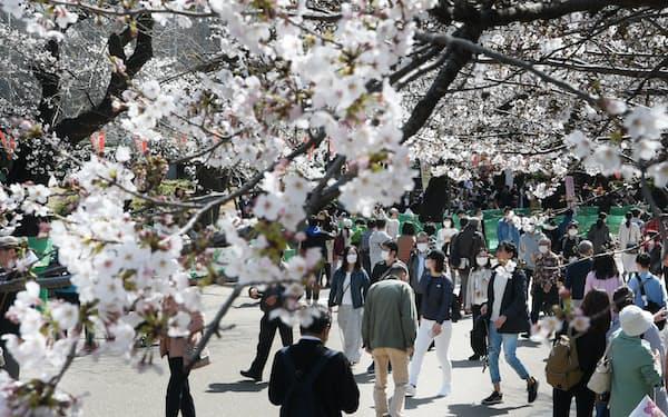 3連休後の感染者数の増加ぶりは顕著だ(3月21日、東京都台東区の上野恩賜公園)