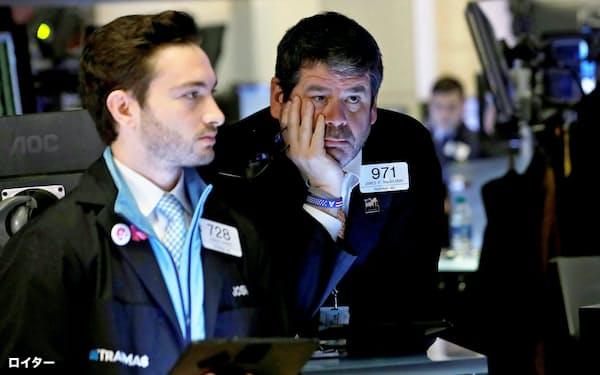 マーケットの混乱が収まる気配はなお、見られない(ニューヨーク証券取引所のトレーダー)=ロイター