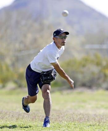 自宅近くの公園で、キャッチボールするマリナーズの球団会長付特別補佐兼インストラクターを務めるイチローさん(20日、ピオリア)=共同