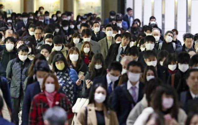 マスク姿で出勤する人たち(東京都新宿区)