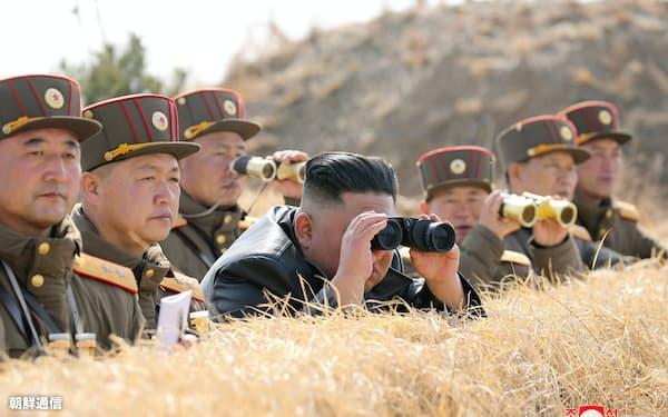 20日、朝鮮人民軍西部前線大連合部隊の砲撃対抗競技を視察する金正恩委員長(朝鮮中央通信=朝鮮通信)