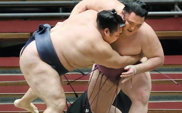 鶴竜(左)を攻める朝乃山